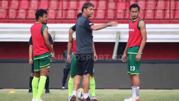 Pelatih Persebaya Surabaya, Wolfgang Pikal saat memimpin latihan menjelang laga Liga 1 2019, Kamis (17/10/19). Copyright: © Nofik Lukman Hakim/INDOSPORT