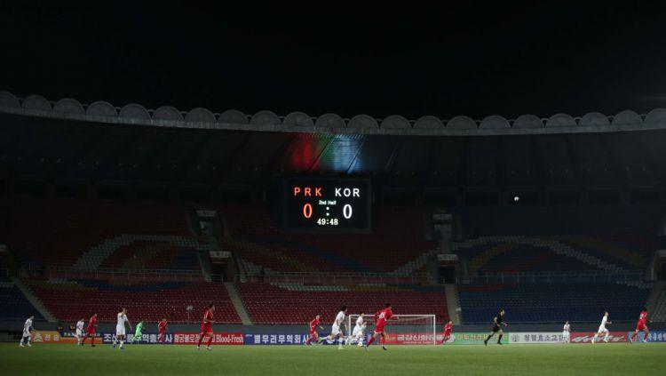 Kondisi Stadion Kim Il Sung yang sepi di laga kualifikasi Piala Dunia 2020 antara Korea Utara vs Korea Selatan Copyright: © Korea Football Association via Getty Images