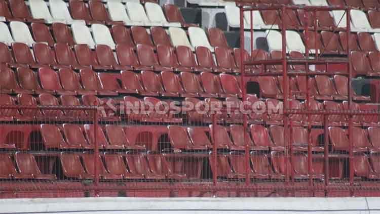 Kondisi kursi tribun timur Stadion Kapten I Wayan Dipta, Bali. Copyright: © Nofik Lukman Hakim/INDOSPORT