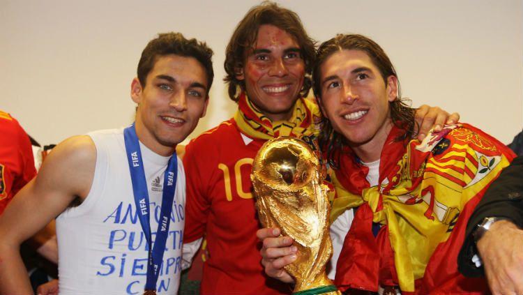 Rafael Nadal berfoto bersama Sergio Ramos saat Timnas Spanyol menang Piala Dunia 2010. Copyright: © Alex Livesey - FIFA/FIFA via Getty Images