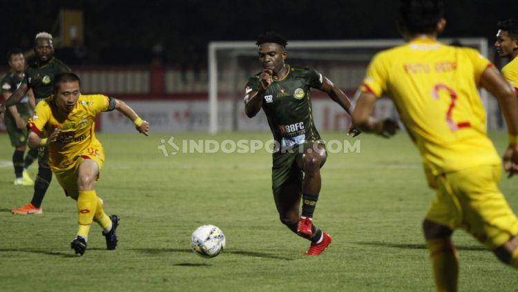 Pemain Tira-Persikabo, Osas Saha berusaha menghindari hadangan pemain Bhayangkara pada Liga 1, Sabtu (19/10/19). Copyright: © Herry Ibrahim/INDOSPORT