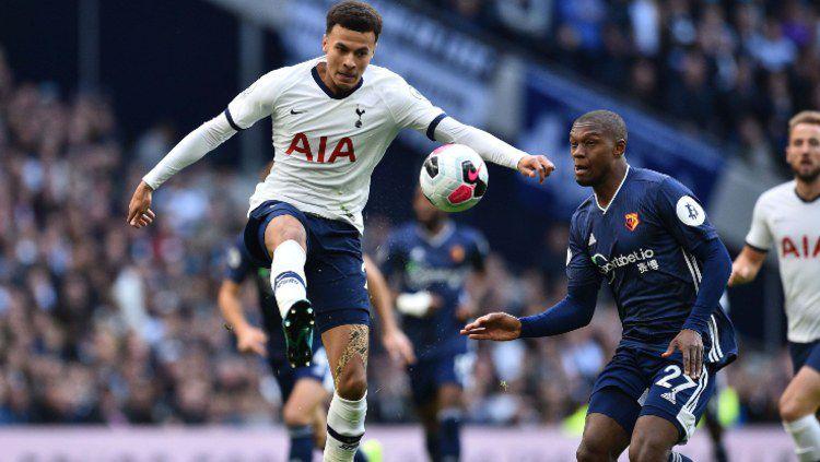 Dele Alli berusaha mengendalikan bola saat pertandingan Tottenham Hotspur vs Watford, Sabtu (19/10/19) malam WIB. Copyright: © tottenhamhotspur.com