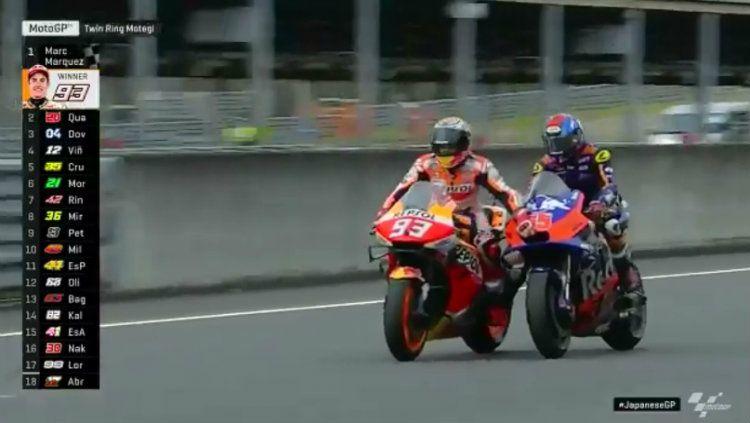Karena motor Marc Marquez mogok, ia akhirnya dibantu oleh pembalap Malaysia Hafizh Syahrin di MotoGP Jepang. Copyright: © Twitter/MotoGP