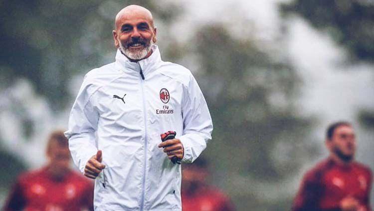 Kedahsyatan AC Milan di bawah Stefano Pioli di Serie A perlahan mulai menggoyahkan pendirian manajemen I Rossoneri untuk menggantikannya dengan Ralf Rangnick. Copyright: © Twitter.com/Matty Lewis