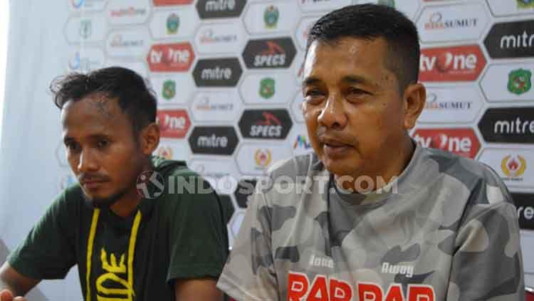 Pelatih PSMS Medan, Jafri Sastra (kanan), didampingi pemainnya, Eli Nasoka (kiri), dalam jumpa pers usai pertandingan lawan Aceh BaBel United, Senin (21/10/2019). Copyright: © Aldi Aulia Anwar/INDOSPORT