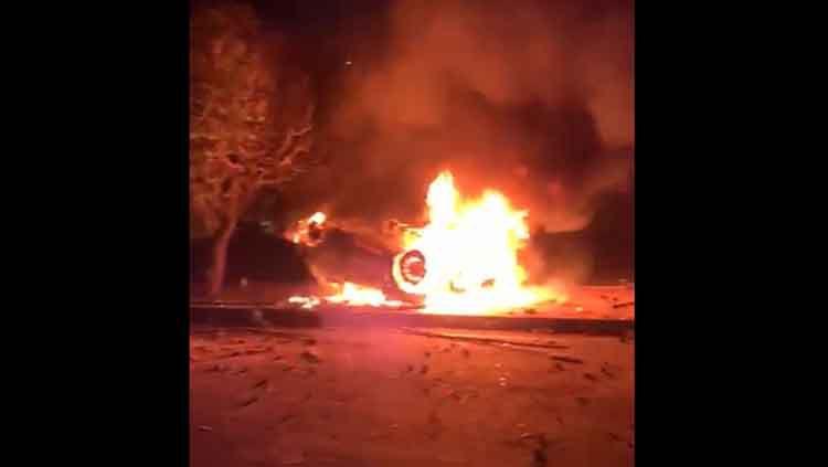 Mobil polisi terbakar hebat saat rusuh suporter selepas laga PSIM vs Persis, Senin (21/10/19). Copyright: © istimewa