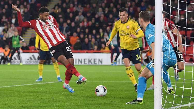 Lys Mousset menendang bola pada laga Sheffield United vs Arsenal di Liga Inggris (Premier League) 2019/2020, Selasa (22/10/19). Copyright: © Twitter/@DStvUganda