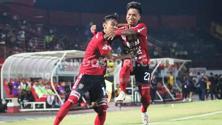 Selebrasi Fadil Sausu bersama Fahmi Al Ayyubi usai mencetak gol ke gawang Perseru Badak Lampung FC dalam lanjutan Shopee Liga 1 2019 di Stadion Kapten I Wayan Dipta, Gianyar, Selasa (22/10/19). Foto : Nofik Lukman Hakim Copyright: © Nofik Lukman Hakim/INDOSPORT