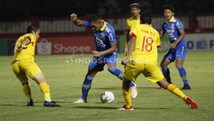 Beberapa pemain Bhayangkara FC berusaha merebut bola dari salah satu pemain Persib Bandung. Copyright: © Herry Ibrahim/INDOSPORT