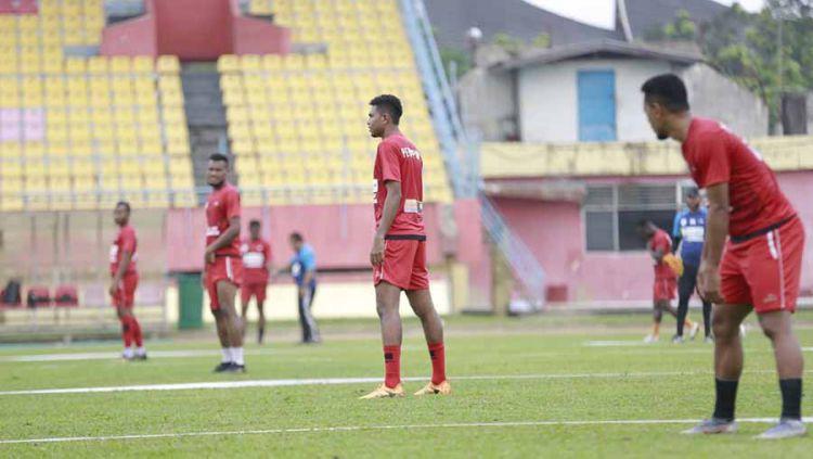 Skuat Persipura Jayapura saat menggelar uji coba lapangan di Stadion Haji Agus Salim jelang menghadapi Semen Padang di Liga 1. Copyright: © Media Officer Persipura