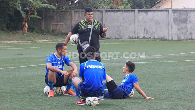 Dokter tim Persib Bandung, Rafi Ghani berbincang dengan pemain Persib di Lapangan Lodaya, Kota Bandung, Jumat (25/10/19). Copyright: © Arif Rahman/INDOSPORT