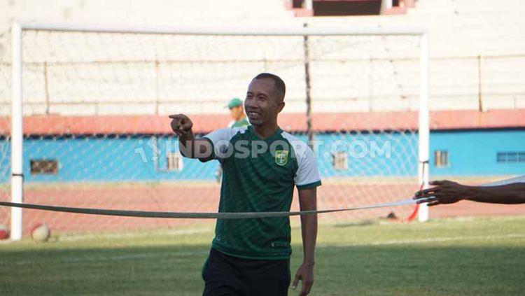 Uston Nawawi memimpin latihan Persebaya di stadion Gelora Delta, Sidoarjo. Jumat (25/10/19). Copyright: © Fitra Hersdian/INDOSPORT