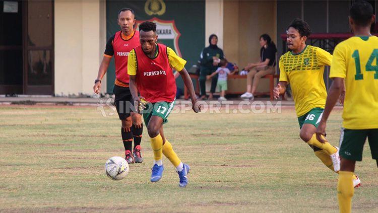 Pemain Persebaya Surabaya berlatih ball position di Lapangan Polda Jatim, Minggu (27/10/19). Copyright: © Fitra Herdian/Indosport