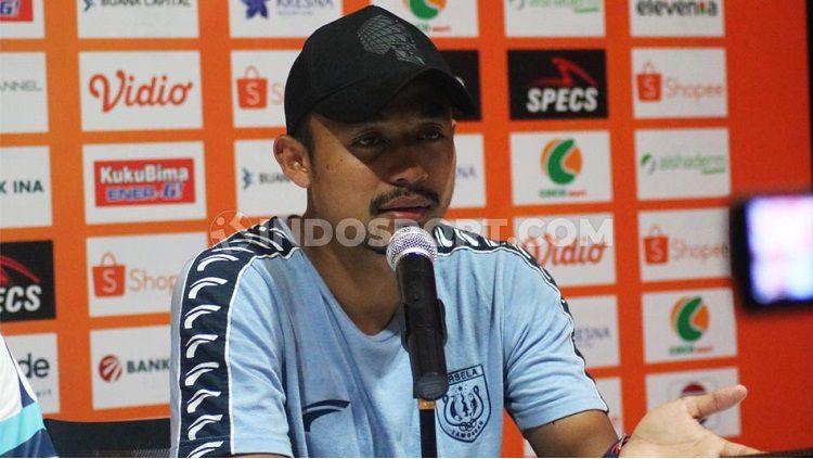 Bek Persela Lamongan, Arif Satria, dalam jumpa pers pasca-laga Liga 1 2019. Foto: Nofik Lukman Hakim Copyright: © Nofik Lukman Hakim/INDOSPORT