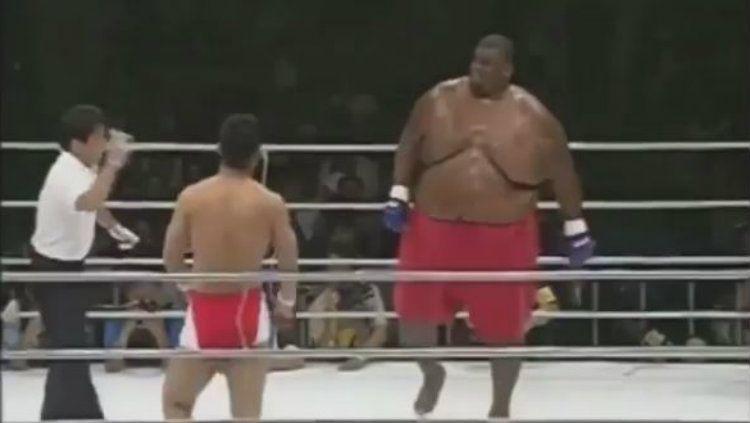 Petarung Mix Martial Arts (MMA) asal Jepang, Daiju Takase mampu menumbangkan seorang pesumo Amerika Serikat, Emmanuel Yarbrough seberat 272 kilogram. Copyright: © Instagram/mmaworld