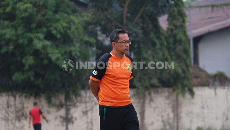 Aji Santoso memimpin Persebaya Surabaya latihan di Lapangan Polda Jatim menjelang laga Liga 1 2019, Jumat (1/11/19). Copyright: © Fitra Herdian/INDOSPORT