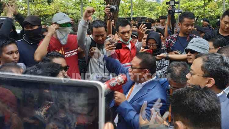 Suporter dan Sarman El Hakim melancarkan unjuk rasa saat Kongres PSSI, Sabtu (02/11/19). Coro Mountana/INDOSPORT. Copyright: © Coro Mountana/INDOSPORT