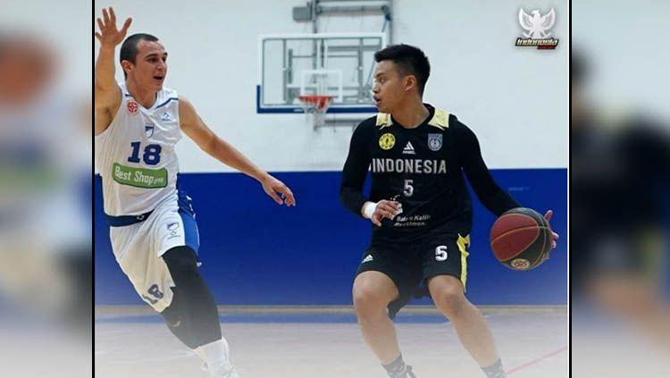 Bintang basket Timnas Indonesia, Andakara Prastawa saat melawan pemain Dunav Stari Banovci, tim asal Serbia dalam persiapan SEA Games 2019. Copyright: © Instagram Timnas Basket Indonesia