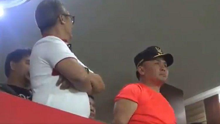 Viral video Gubernur Kalteng, Sugianto Sabran, saat menonton laga Kalteng Putra vs Persib Bandung. Copyright: © Twitter @heniunique