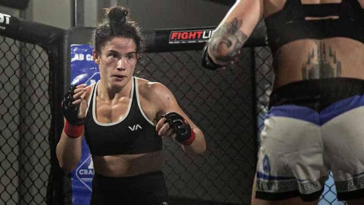 Petarung cantik Mix Martial Arts (MMA), Chelsea Hackett berhasil menumbangkan lawannya, Nicole Szepesvary hingga TKO (Technical Knock Out) hanya dengan teknik bantingan yang menawan. Copyright: © youtube.com