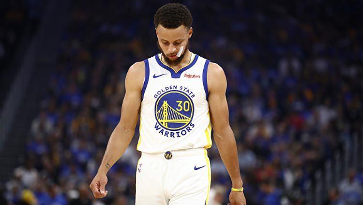 Pemain NBA dari Golden State Warriors, Stephen Curry, dikabarkan akan melakukan pemeriksaan terhadap cedera tangan yang dialaminya sejak Oktober 2019. Copyright: © Ezra Shaw/GettyImages