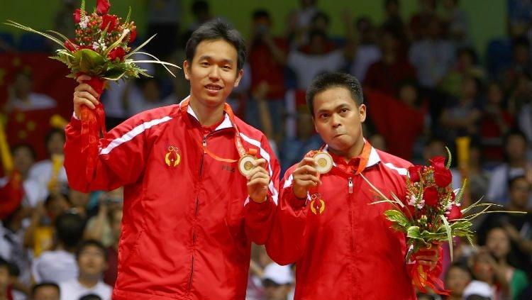 Markis Kido/Hendra Setiawan saat mendapat medali emas Olimpiade Beijing 2008. Copyright: © Lars Baron/Getty Images