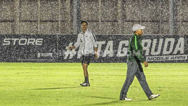 Suasana latihan Timnas Indonesia U-19 jelang Kualifikasi Piala Asia U-19 2020 di tengah guyuran hujan. Copyright: © Alfia Fadilla/INDOSPORT
