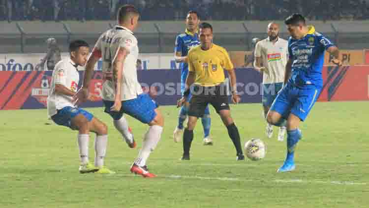 Persib vs PSIS Copyright: © Arif Rahman/INDOSPORT