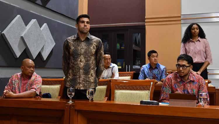 Bek Persib Bandung asal Brasil, Fabiano Beltrame akhirnya resmi menyandang sebagai Warga Negara Indonesia Copyright: © kemenpora.go.id