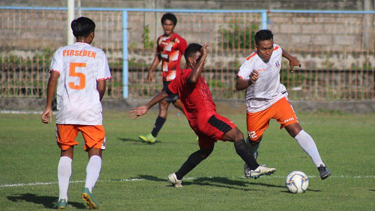 Pertandingan antara Perseden Denpasar (putih) melawan Timor Leste U-22 (merah) dalam uji coba di Lapangan Samudra Legian, Badung, Rabu (6/11/19). Copyright: © Perseden Denpasar