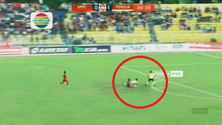 Detik-detik Novri Setiawan ditekel Manda Cingi di laga Semen Padang vs Persija Jakarta pada pekan ke-27 Liga 1 2019. Copyright: © vidio.com/instagram.com/persija.vids