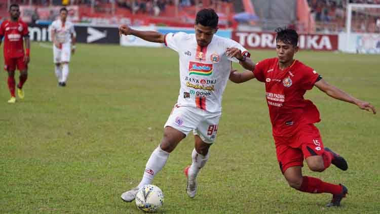 Striker Persija Jakarta, Heri Susanto (kiri), di laga melawan Semen Padang. Copyright: © Media Persija