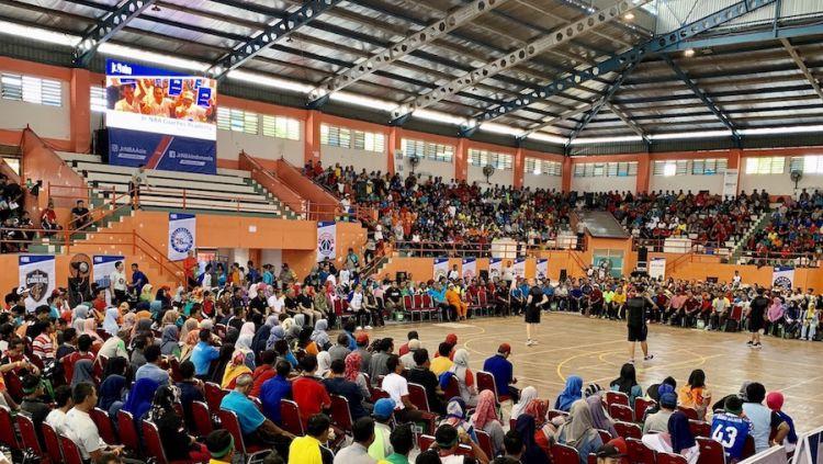 Tampak pada foto, antusiasme para guru dari sekolah-sekolah di Jawa Tengah saat mengikuti pelatihan olahraga basket di GOR Satria Purwokerto. Copyright: © Rilis Resmi NBA