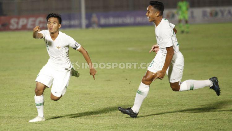 Selebrasi kapten Timnas Indonesia U-19, David Maulana (kiri) usai mencetak gol ke gawang Hong Kong pada Kualifikasi Piala Asia U-19 di Stadion Madya, Senayan, Jumat (08/11/19). Copyright: © Herry Ibrahim/INDOSPORT