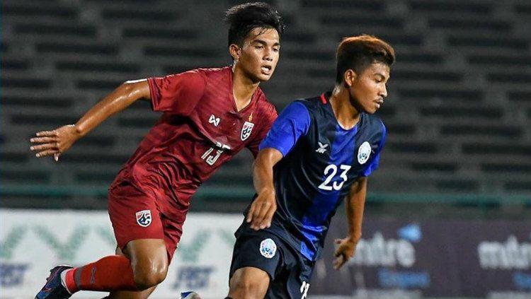 Pemain Thailand dan Kamboja Berebut Bola di Kualifikasi Piala Asia U-19 2020 Copyright: © instagram.com/changsuek/