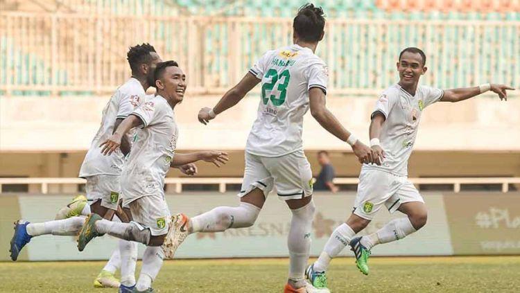 Selebrasi pemain Persebaya Surabaya, Rendi bersama teman satu timnya usai mencetak gol ke gawang Tira-Persikabo pada Liga 1 di Stadion Pakansari, Bogor, Sabtu (09/11/19). Copyright: © Instagram@officialpersebaya