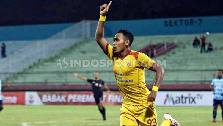 Selebrasi pemain Sriwijaya FC Ahmad ihwan usai mencetak gol ke gawang Persewar babak 8 besar liga 2, Sabtu (09/11/19). Copyright: © Fitra Herdian/INDOSPORT