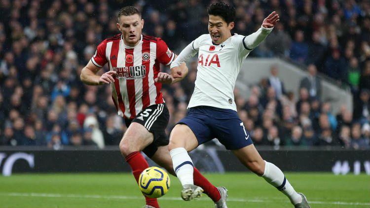 Son Heung-min saat merebut bola dari pemain Sheffield United. Copyright: © Twitter.com/@Squawka