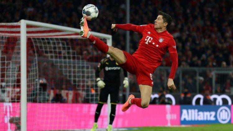 Robert Lewandowski saat sedang mencoba mengontrol bola dalam laga Bayern Munchen vs Borussia Dortmund Copyright: © Twitter @FCBayern