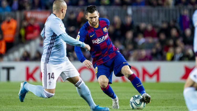 Lionel Messi saat melindungi bola dari rebutan pemain Celta Vigo. Copyright: © Twitter.com/@FCBarcelona
