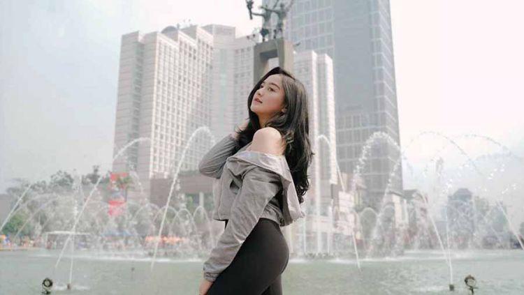 Aktris muda Indonesia, Salshabilla Adriani kerap menaklukkan netizen Tanah Air dengan pesonanya, terutama berkat paras cantik yang ia miliki. Baru-baru ini ia terlihat menjajal olahraga mahal, yakni golf. Copyright: © Instagram@salshabillaadr