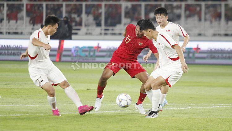 Pemain Timnas Indonesia U-19, Serdy Ephy Fano Boky berusaha menghindari dari penjagaan tiga pemain Korea Utara U-19, Minggu (10/11/19). Copyright: © Herry Ibrahim/INDOSPORT