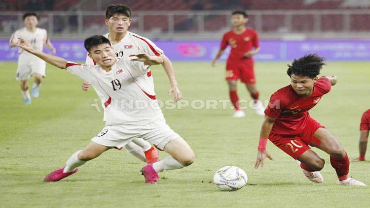 Duel pemain Timnas Indonesia U-19 Bagus Kahfi (kanan) dengan pemain Korea Utara U-19 pada Kualifikasi Piala Asia U-19 di GBK Jakarta. Copyright: © Herry Ibrahim/INDOSPORT