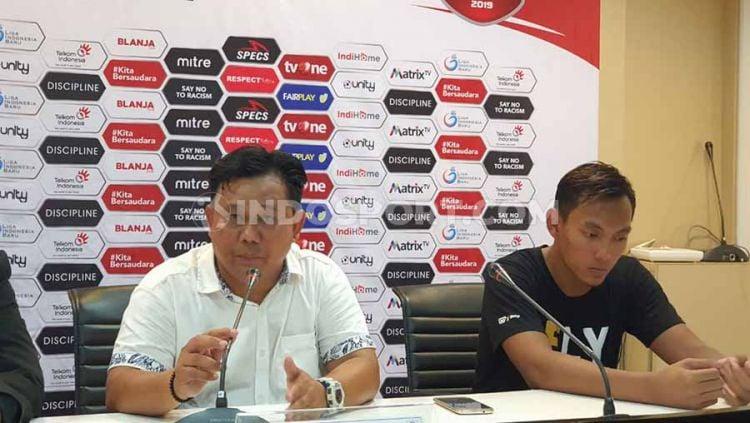 Pelatih Persik Kediri, Budihardjo Thalib (kanan), didampingi pemainnya, Fajar Setya Jaya (kiri), dalam temu pers usai pertandingan lawan PSMS Medan. Copyright: © Aldi Aulia Anwar/INDOSPORT