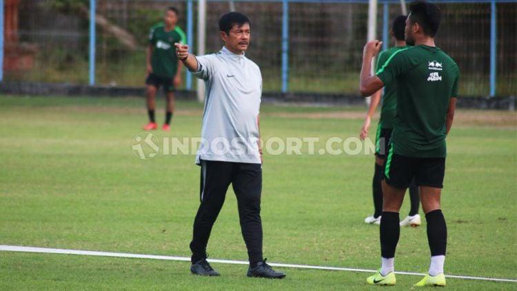 Pelatih Timnas Indonesia U-23, Indra Sjafri, mendapatkan ancaman dari pelatih Italia, Vincenzo Alberto Annese, yang menginginkan posisinya. Copyright: © Nofik Lukman Hakim/INDOSPORT