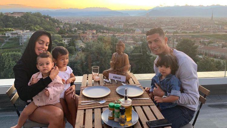 Tampak mesra keluarga Cristiano Ronaldo Copyright: © instagram.com/cristiano