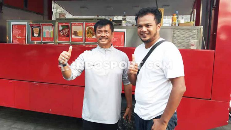 Indra Sjafri (kiri) bersama partner bisnisnya saat berada di halaman parkir Lapangan Samudra, Legian, Kuta, Badung, Selasa (12/11/19) sore. Copyright: © Nofik Lukman Hakim/INDOSPORT