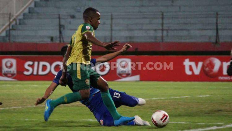 Laga pertandingan antara Persewar vs Persiraja, Rabu (13/11/19). Copyright: © Fitra Herdian/INDOSPORT