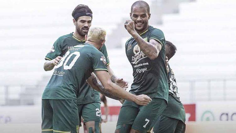 Indosport - Selebrasi pemain Persebaya Surabaya Diogo Campos dan David da Silva usai merayakan golnya laga Shoppe Liga 1 di Stadion Batakan, Balikpapan, Kamis (14/11/19).