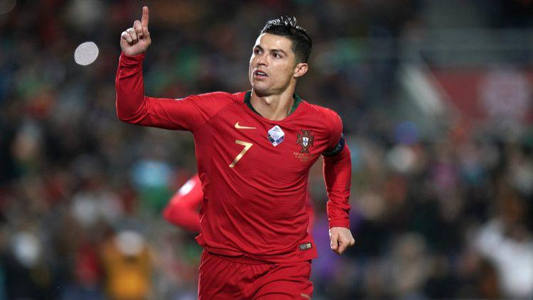 Selebrasi Cristiano Ronaldo usai membawa Portugal unggul atas Lithuania dalam lanjutan kualifikasi Euro 2020. Copyright: © Twitter @UEFAUERO